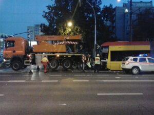 Zderzenie betoniarki z tramwajem. Wykolejony swing zablokował ruch