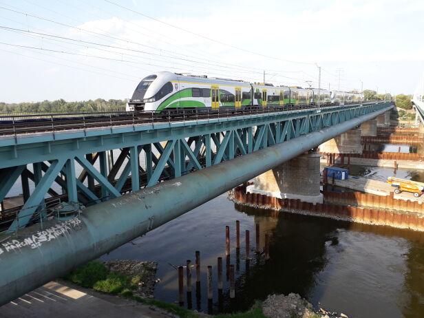 Pociąg jeżdżą po dwóch torach kolejowego Mostu Gdańskiego PLK