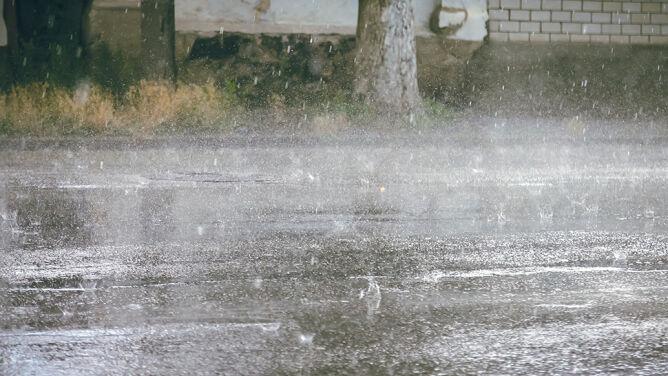 Ulewny deszcz, silny wiatr. <br />IMGW może wydać alerty